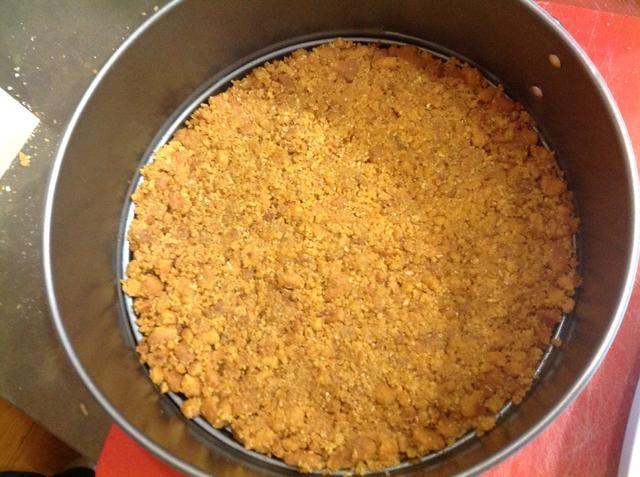 Incline la mezcla sobre la base. Refrigere por una hora.
