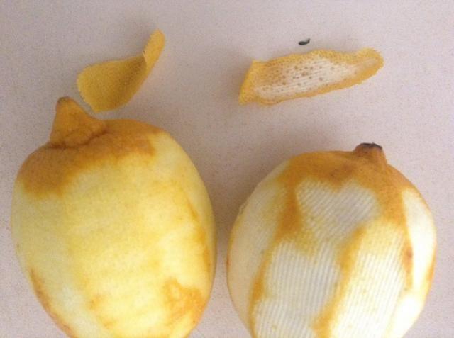 Vea la diferencia en las cáscaras. El blanco es amargo, mientras que la capa más externa de color amarillo tiene un buen sabor agradable y tiene el aceite de limón encantadora que le dará el sabor, la piel queda es ideal.