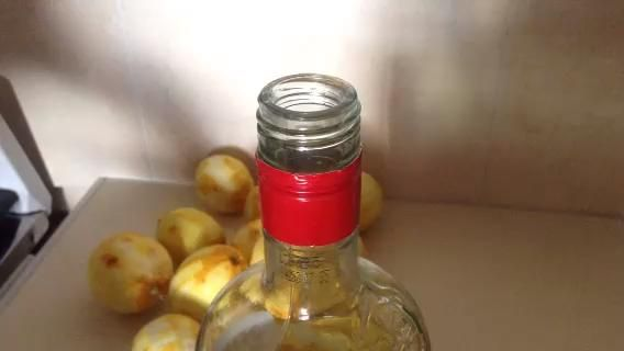Ponga la ralladura de vodka. Aquí demuestro mi'place and poke' method, feel free to improvise -)