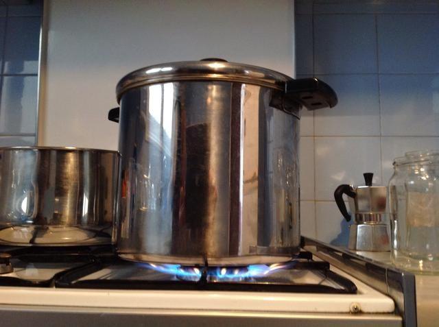 Obtener el calor en alto con una tapa hasta que empiece a hervir