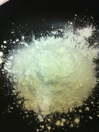 Combine 1 taza de azúcar, la harina, la maicena y la sal en una cacerola mediana.