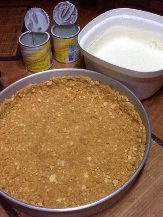 Mezclar la leche condensada con el jugo de limón. Cubra la cáscara con él.