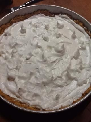 Enfriar el pastel mientras que usted hace el merengue. Mezclar las claras de huevo con una pizca de sal y 1/2 taza de azúcar. Cubrir la tarta con la mezcla.