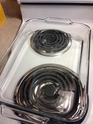 Añadir agua a la bandeja de cristal. Y precalentar el horno a 325