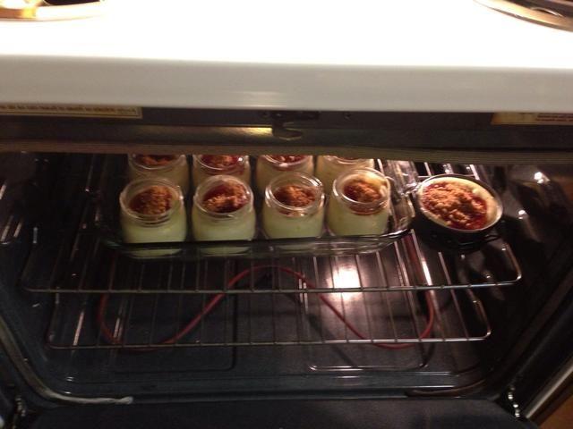 Ponga la mezcla en el horno durante 25-30 minutos. Tuve mezcla adicional, así que tuve un mini.