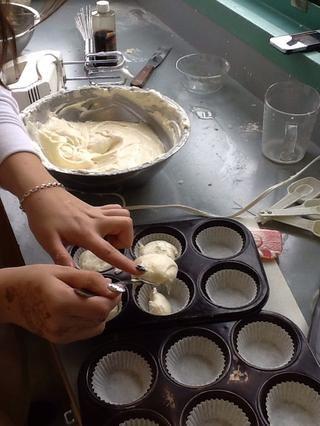 Dividir la masa entre los moldes para muffins, llenar latas medio camino lleno. Coloque en el horno a 350 grados Fahrenheit, de lado a lado. A mitad de tiempo de cocción girar sartenes adelante hacia atrás. Hornear de 16 a 18 min.