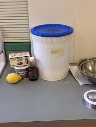 Los ingredientes necesarios son 250 ml sala de queso crema de temperatura, 120 ml de mantequilla temperatura ambiente sin sal, 375 ml de azúcar en polvo, extracto de vainilla 7 ml, 5 ml ralladura de limón, 5 ml de jugo de limón.