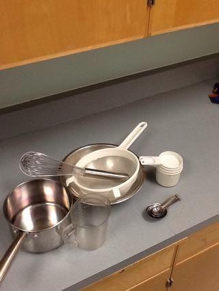Equipo necesario: una cacerola grande, tazón mediano, tamiz, batidor de metal, medida líquida, medidas pequeñas, y las medidas secas.