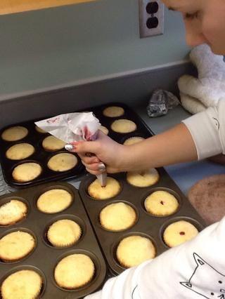 Coloque relleno en una manga pastelera e insertar la bolsa en el medio de cada cupcake. Rellene magdalena con el llenado de utilizar su cantidad deseada.