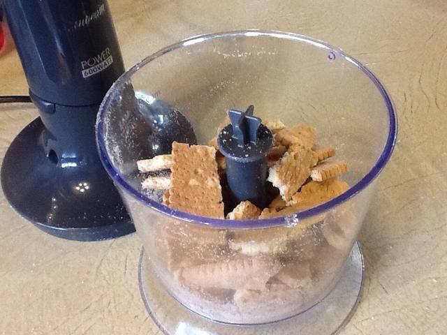 Finamente aplastar las galletas utilizando una licuadora o procesador de alimentos.