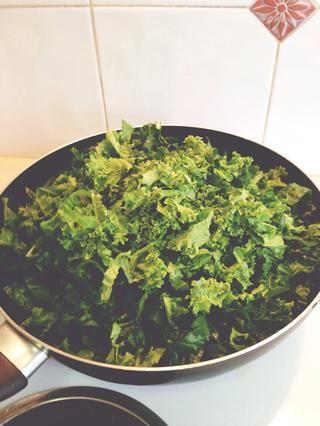 Calentar 2 cucharadas aproximadamente de aceite de oliva a la sartén. Añadir verdes y cocine hasta que se ablanden. Agregar el jugo de limón fresco y sal al gusto. Mantenga a lado.