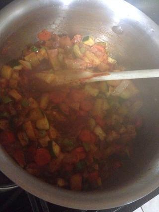 Mezcle todo junto hasta que las verduras comiencen a ablandarse.