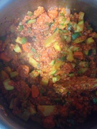 Mezclar los ingredientes todos juntos para traer la sopa juntos.