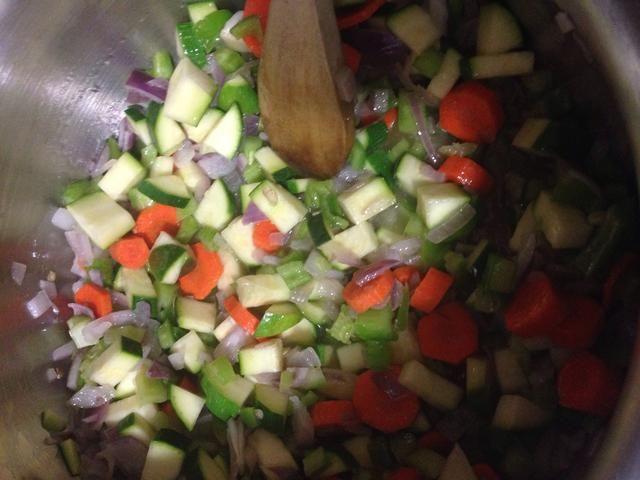 Primero saltear la cebolla en el aceite suficiente para cubrir el fondo de la olla. A continuación, agregue el resto de las verduras y continuar a Sautee.