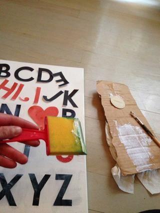 Pegue las letras. Puño pegue al fondo, el lugar que el pegamento en la parte superior. Totalmente recubrir las letras.