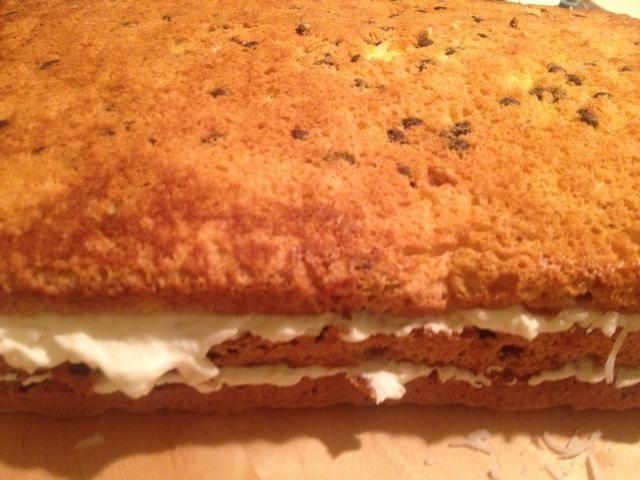 Llene su pastel con la crema. Yo suelo hacer 2-3 capas entre la torta delgada.