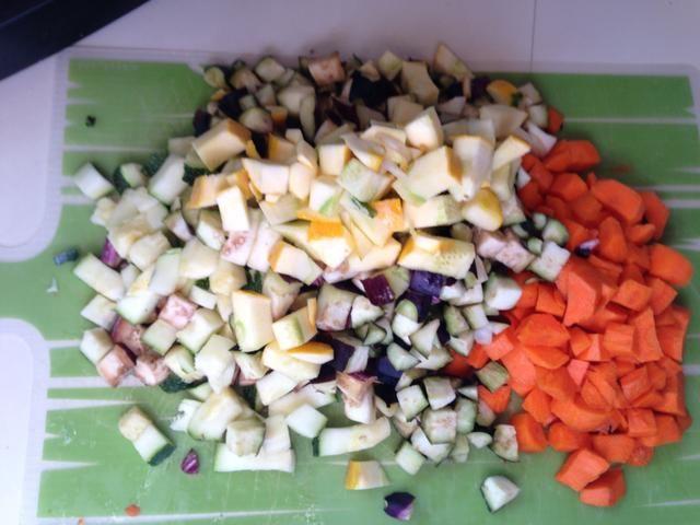Mientras que la cebolla está cocinando picar las berenjenas, calabaza y zanahorias. A continuación, añadir las verduras a la sartén con la cebolla.