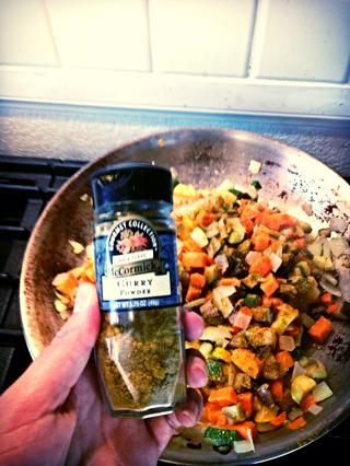 Espolvorear con 2 cucharadas de curry en polvo y una pizca de sal.