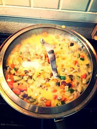 Ahora cubra y cocine a fuego medio / bajo calor hasta que la mezcla hierva. Luego agregar.