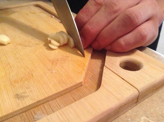 Comience por cortar el ajo fino