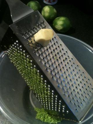 Quítele la piel al del jengibre. Encuentra el lado fino del rallador para rallar el jengibre. Don't use to much as it has got a strong kick. Use about this much.