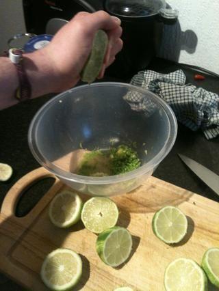Ahora exprimir el jugo de limón en la cáscara y el jengibre.