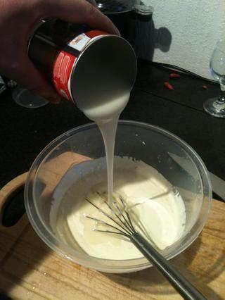 Vierta en la doble crema y la leche condensada con el jugo, limón y jengibre y bata hasta que las empresas de la mezcla para arriba. 5,10,15 minutos que sabe, depende de lo bien que un pelo que eres.