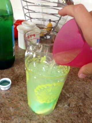 Añadir la mezcla de azúcar y lima.