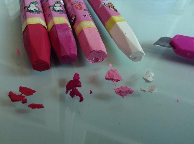 Cortar una pequeña cantidad de lápices de colores. He utilizado varios tonos diferentes de color rosa y un poco de blanco. Use un cuchillo de la pluma para este paso.