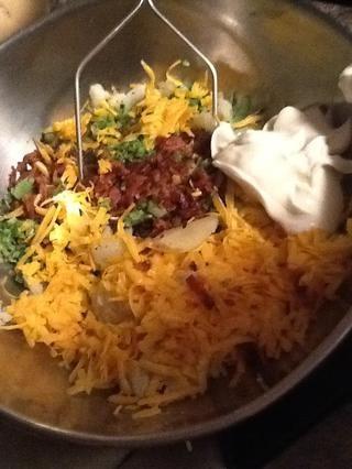 A continuación, poner el tocino, el brócoli, la 1/2 taza de queso rallado y crema agria, con su puré de patatas dentro de entonces, revuelva together.and un poco de sal y pimienta al gusto.
