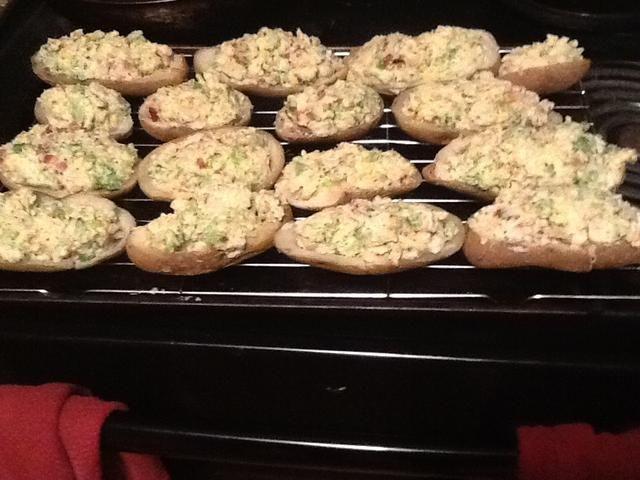 Lugares de enfriamiento estante en cacerola de la hoja y luego poner las papas en el estante de enfriamiento del rack les impide vuelco