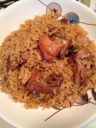 Sirva este arroz con pollo con un poco de frijoles, un lado de plátanos dulces fritos y una ensalada de aguacate.
