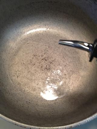 Cuando la hora. o de la noche ha pasado. Saque el pollo de la nevera y aportar a la temperatura ambiente. Cuando se ha alcanzado rm. temp tomar una olla lge y colóquelo sobre los quemadores de la estufa a fuego medio. Añadir 2 cucharadas de aceite.