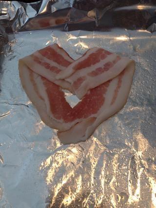Coloque el otro 1/2 rebanada de tocino en el otro lado para formar una forma de corazón.