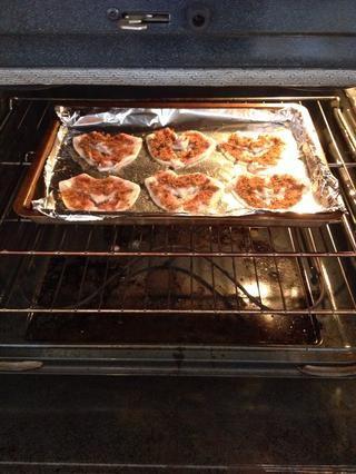 Coloque en el horno frío. Gire a la temperatura a 375 grados Fahrenheit y hornear durante 20 minutos.