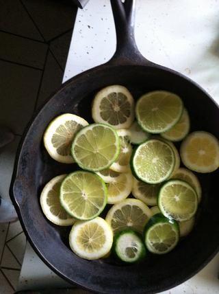 Añadir limón y de la cal. Añadir la carne, la temporada y el sabor a su gusto.