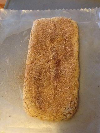 Retire del horno. Unte con mantequilla 1T y la mezcla de canela restante. Dejar enfriar 30 minutos y reducir la temperatura del horno a 250F
