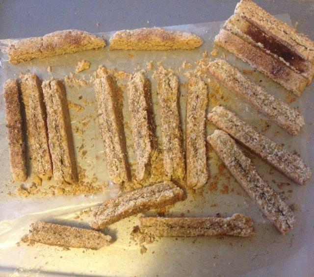 Con un cuchillo afilado, cortar en trozos de 15-17. Hornear 15 min. Gire y hornear 15 minutos más. Apague el horno y dejar biscotti dentro hasta que esté completamente frío.