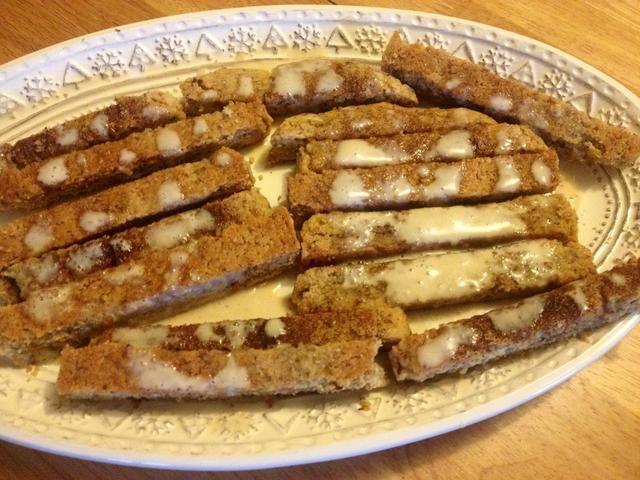 Mezclar los ingredientes del glaseado y llovizna sobre biscotti enfriados.