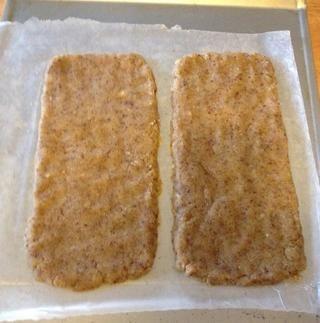 Formar cada mitad en un rectángulo alrededor del 10 por 4 pulgadas en bandejas para hornear preparados.