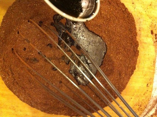 Agregar el extracto de vainilla y mezclar rápidamente