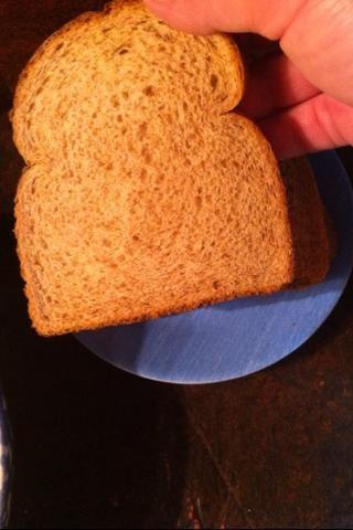 Coge un trozo de pan.