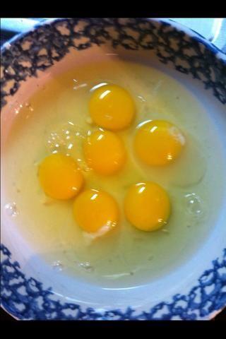 Abro un huevo para cada rebanada de pan tostado.