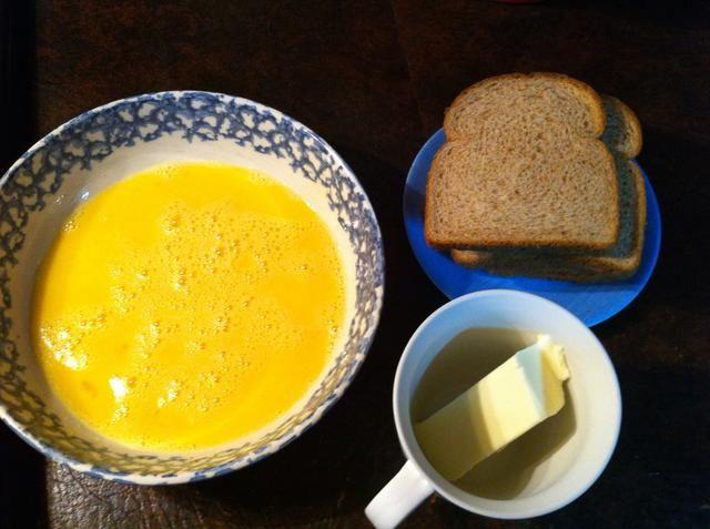 Obtenga su línea de montaje preparado. Mantequilla, pan y huevo Mix.