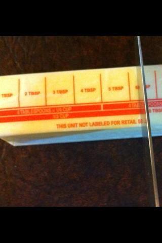 Ahora necesitamos 1/3 taza de mantequilla. Yo sólo uso la mantequilla real. Ver en el palo que le indica la cantidad de una taza tercera es? Cortar allí mismo. Guarde el resto del palo para la mantequilla después.