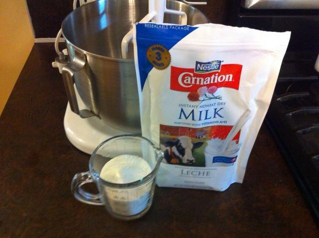 Añadir 2/3 taza de leche en polvo desnatada.
