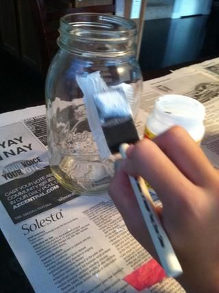 Primera aplicarán Modge Podge a la zona en el frasco con su pincel de esponja.