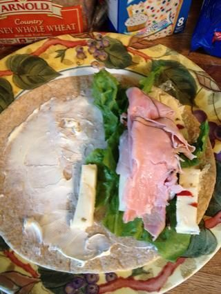 Agregue la carne de almuerzo. Me encanta el jamón del bosque negro!