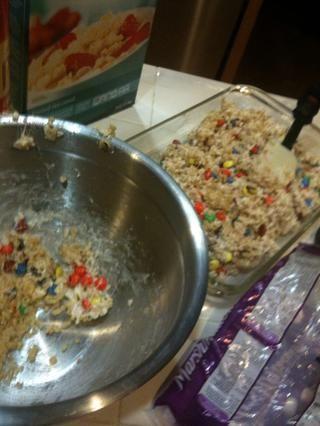 Poner en hornear pan-Yo sugiero utilizar la parte posterior de una espátula o una cuchara y presione hacia abajo en el convite Rice Krispies.