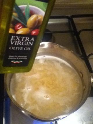 Agregue un poco de oliva para evitar la pasta se pegue a la sartén